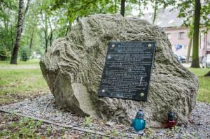 Głaz z tablicą poświęcony pamięci żydowskich mieszkańców Sokołowa Podlaskiego