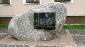 Głaz z tablicą, poświęcony pamięci wywiezionych na Sybir
