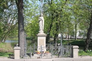 Kapliczka z figurą Matki Bożej Niepokalanej