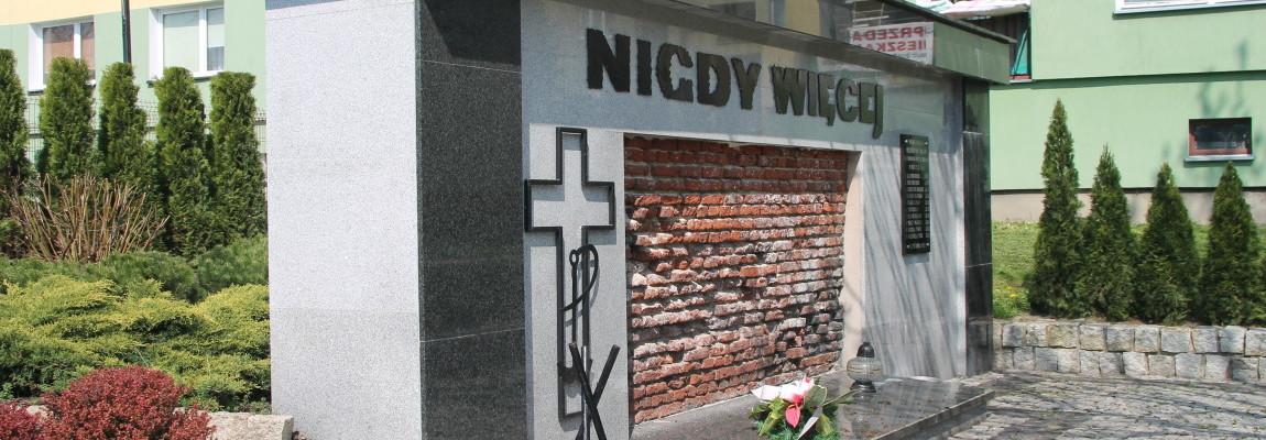 Стена смерти, посвященная расстрелу польского населения в ноябре 1943 г.