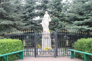 Kapliczka z figurą Najświętszej Marii Panny Niepokalanie Poczętej
